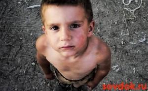 грязный грустный мальчик