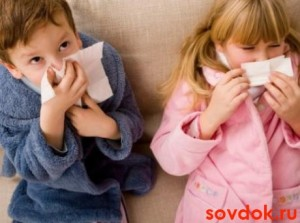 двое детей чихают