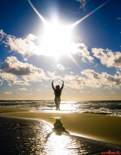 женщина прыгает под солнцем