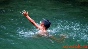 мальчик в воде