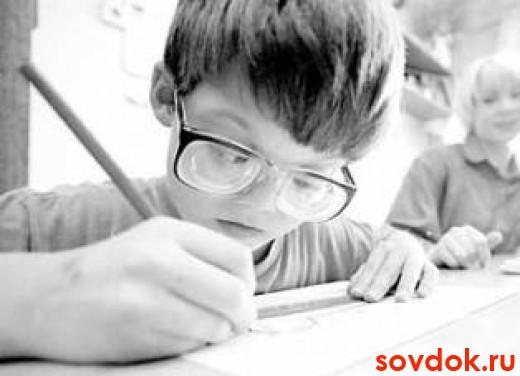 мальчик в очках пишет
