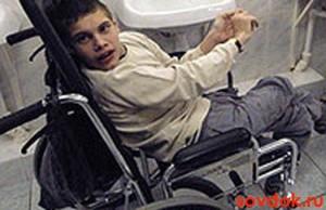 мальчик с детским церебральным параличом на коляске