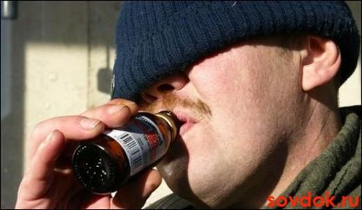 мужчина пьёт алкоголь