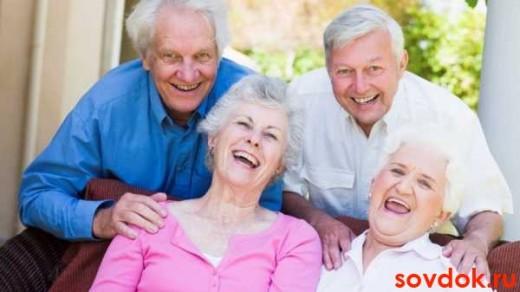пожилые люди смеются