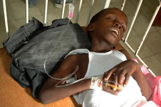 Чернокожий мальчик с холерой под капельницей