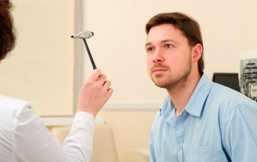 Пациент на приёме у невролога