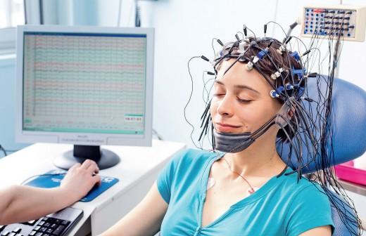 врач проводит энцефалографию