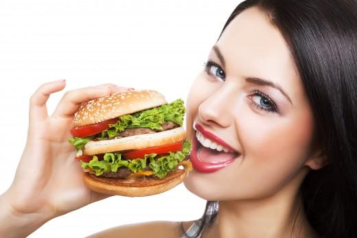 гамбургер в руке