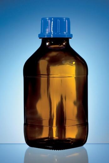 Бутылка тёмного стекла с пробкой и жидкостью внутри