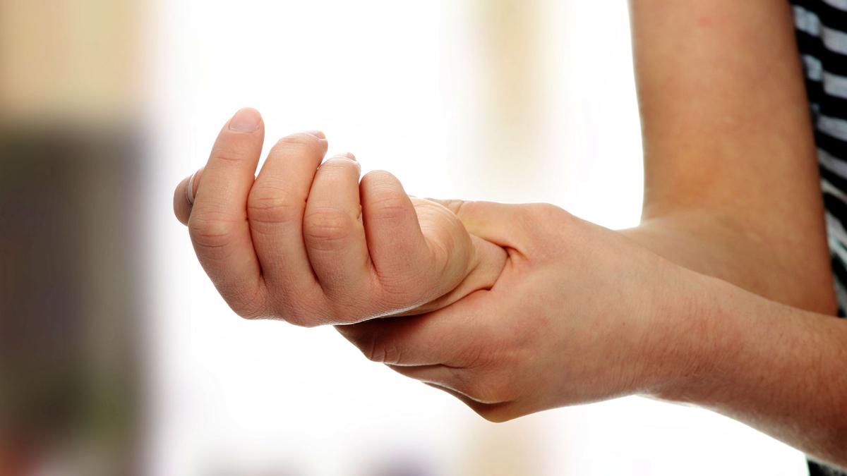 Почему немеют руки и ноги: что делать и куда обращаться