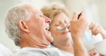 старички едят