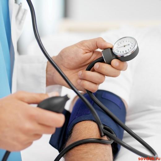 врач измеряет пациенту давление