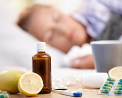 больной в постели, на столе лекарства