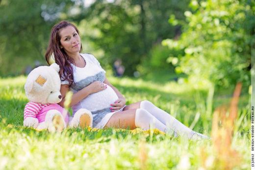 Беременная женщина на природе