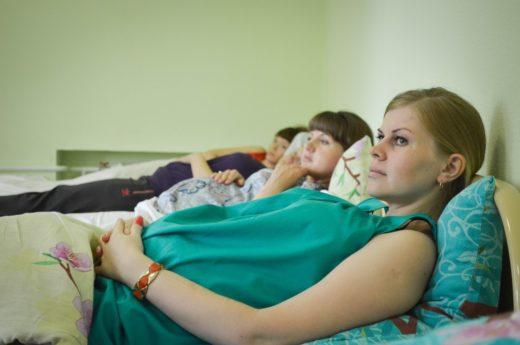 Беременные лежат на кроватях