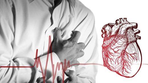 Человек держится за область сердца
