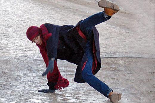 Человек падает на вытянутую руку