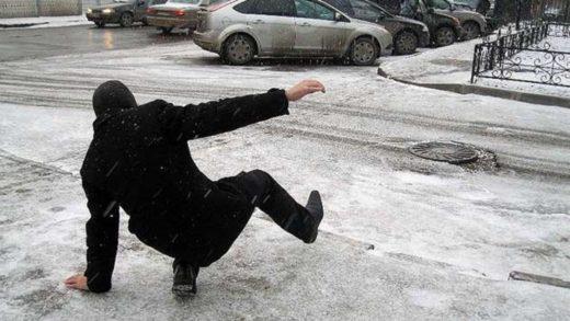 Человек поскользнулся на льду