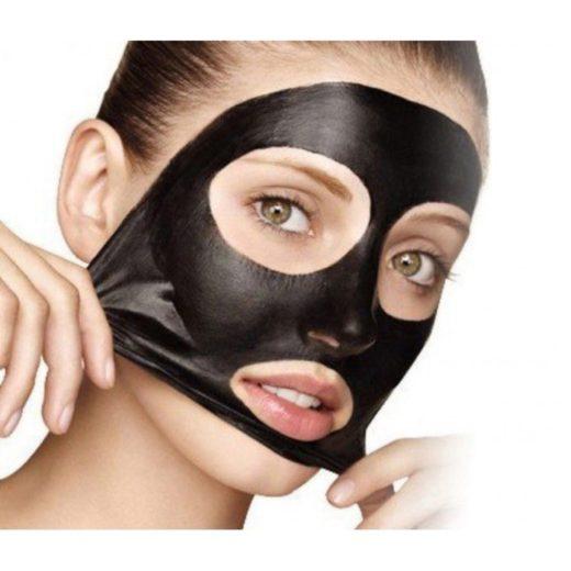 Чёрная маска на лице