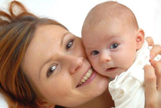 Кареглазая мама с сероглазым младенцем