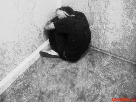 депрессивный мужчина в углу