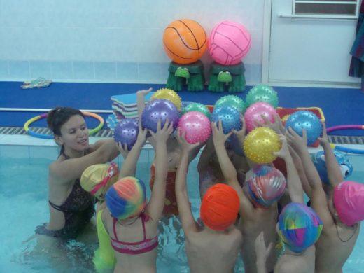Дети занимаются ЛФК в бассейне