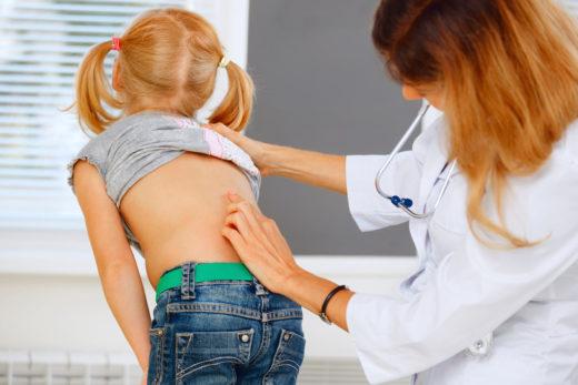 Детский ортопед осматривает ребёнка