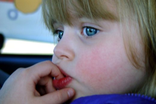 Девочка берёт грязные руки в рот