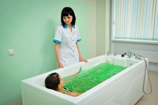 Девочка принимает хлоридно-натриевую ванну