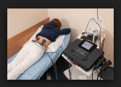 Девушка лежит на кушетке на процедуре электрофореза