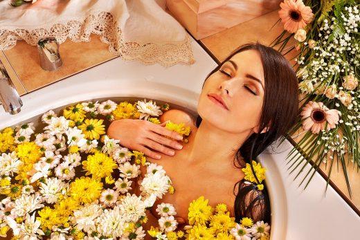 девушка в ванне с цветами