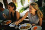 девушки с едой в ресторане