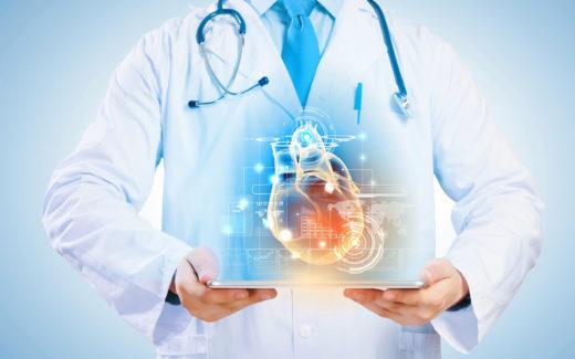 Врач с голограммой сердца