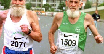 два старика бегут