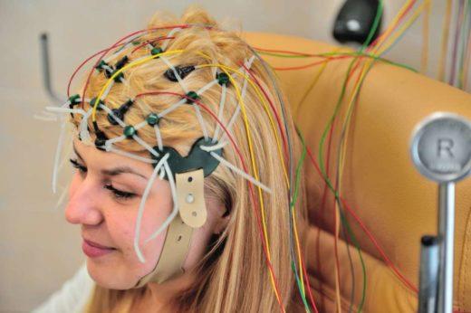 Процедура электроэнцефалографии у женщины