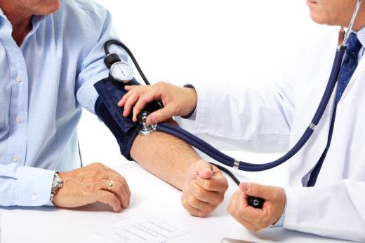 Доктор измеряет давление пациенту