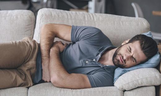 У мужчины сильная боль в результате инфекции в мочеполовой системе