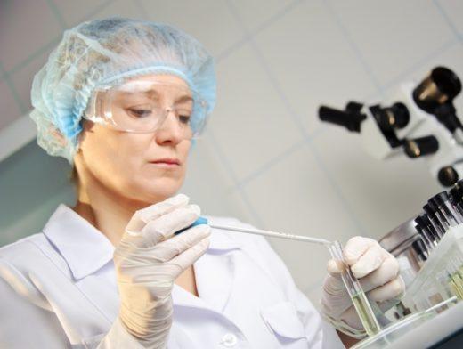 Лаборант держит пробирку