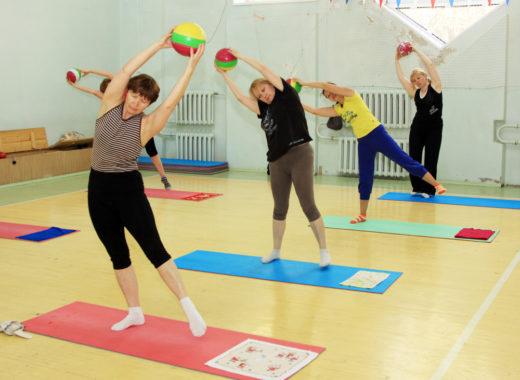 Люди занимаются лечебной физической гимнастикой