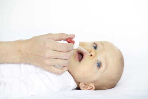 Закапывание средства с каланхоэ в нос ребёнку