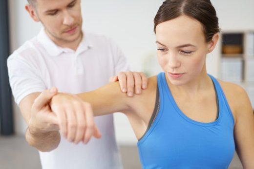 Тренер держит руку девушки