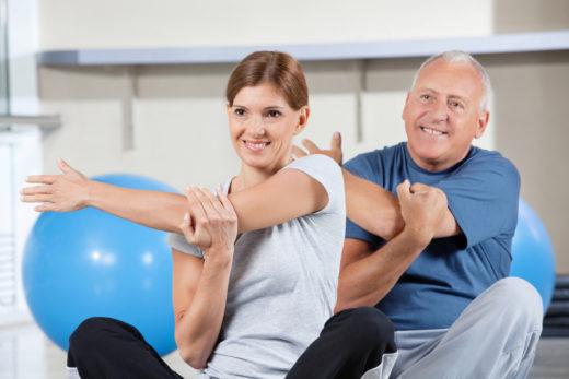 Мужчина и женщина занимаются гимнастикой