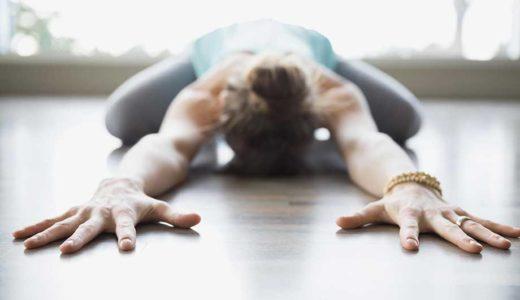 Девушка выполняет упражнение на растяжение спинных мышц