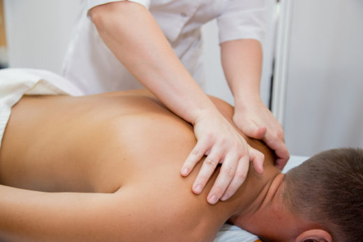 Подросток на сеансе массажа