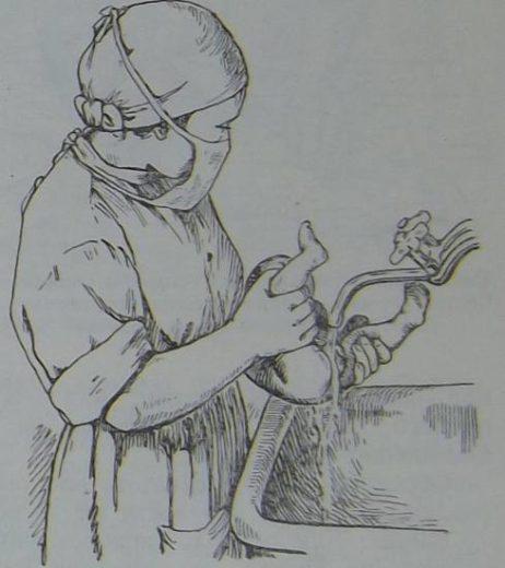 Медсестра подмывает младенца