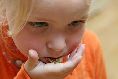 Монетка во рту у ребёнка