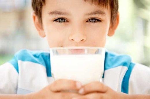 Мальчик со стаканом молока