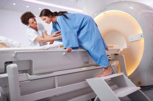 Девушка и аппарат МРТ