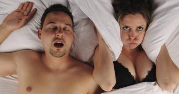 мужчина храпит, женщина не спит