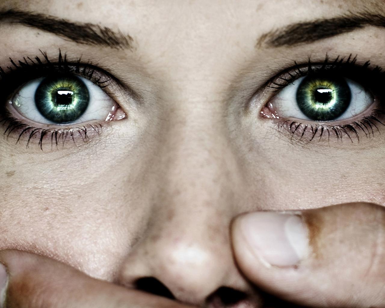 Глаза испуганной девушки